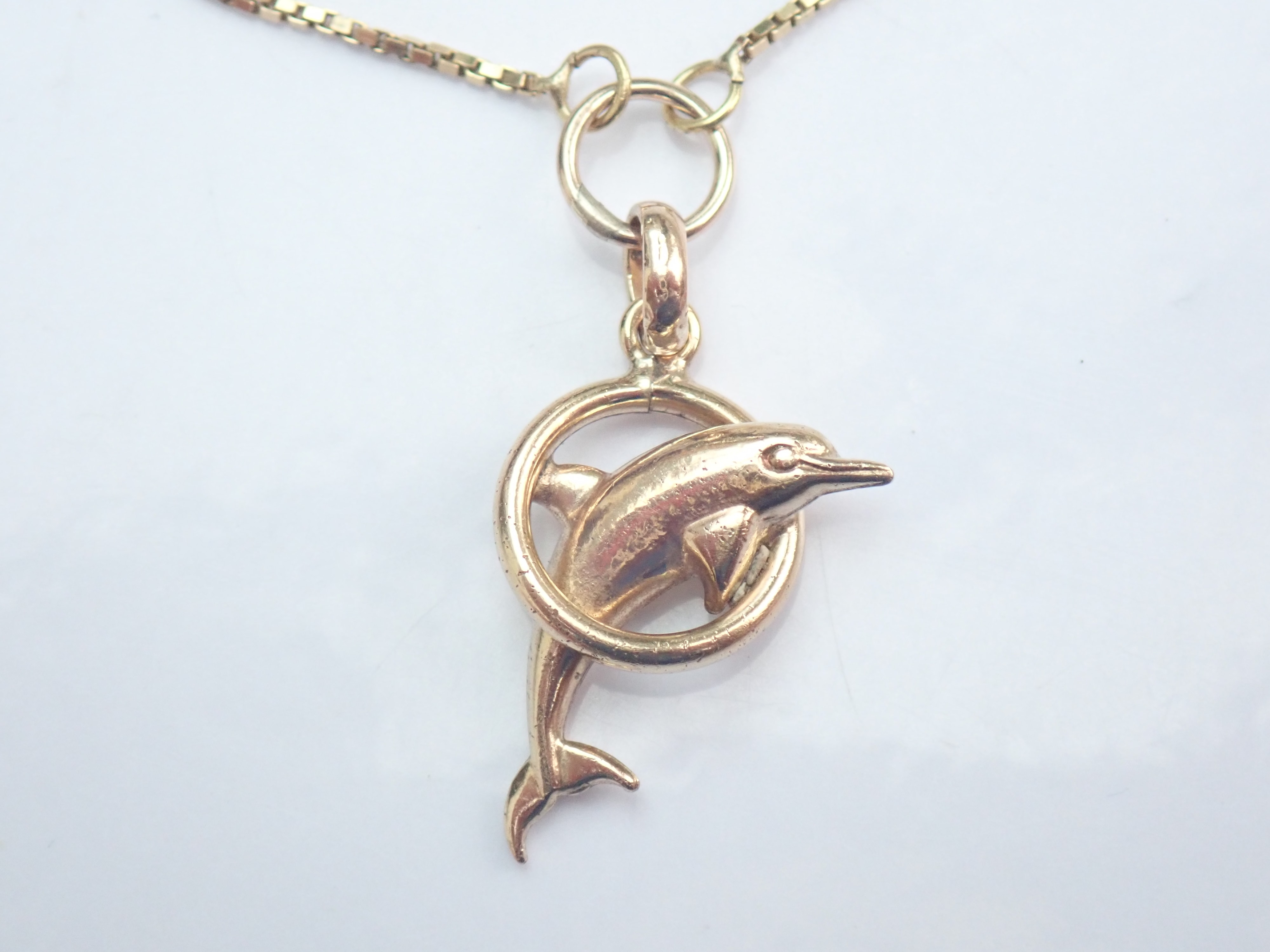 18ct Gold Dolphin Pendant and matching 17.5″ Box chain 3.25g #100