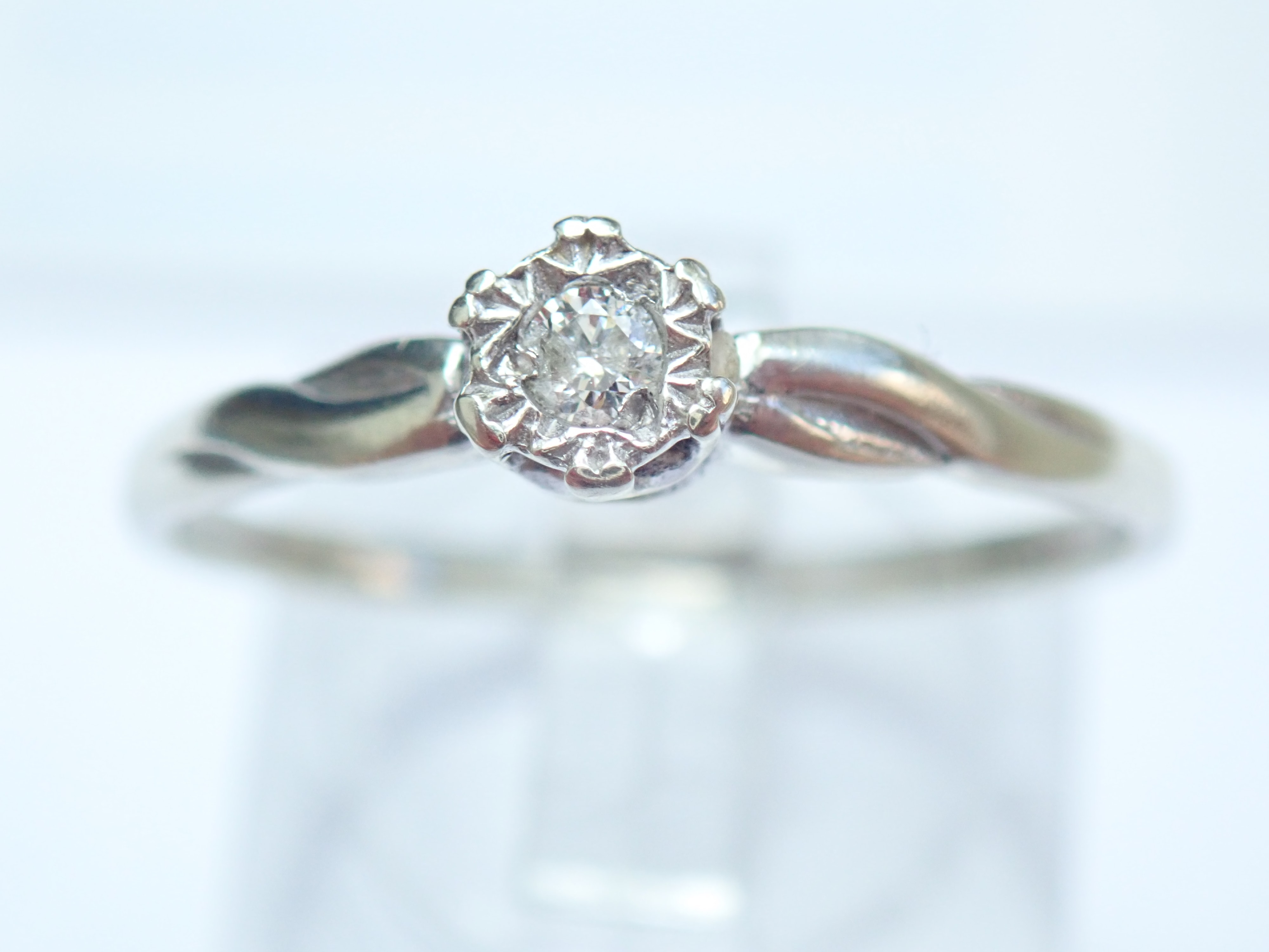 9K White Gold Diamond Ring Illusion Setting and Twist effect Size T -1.71gms #25