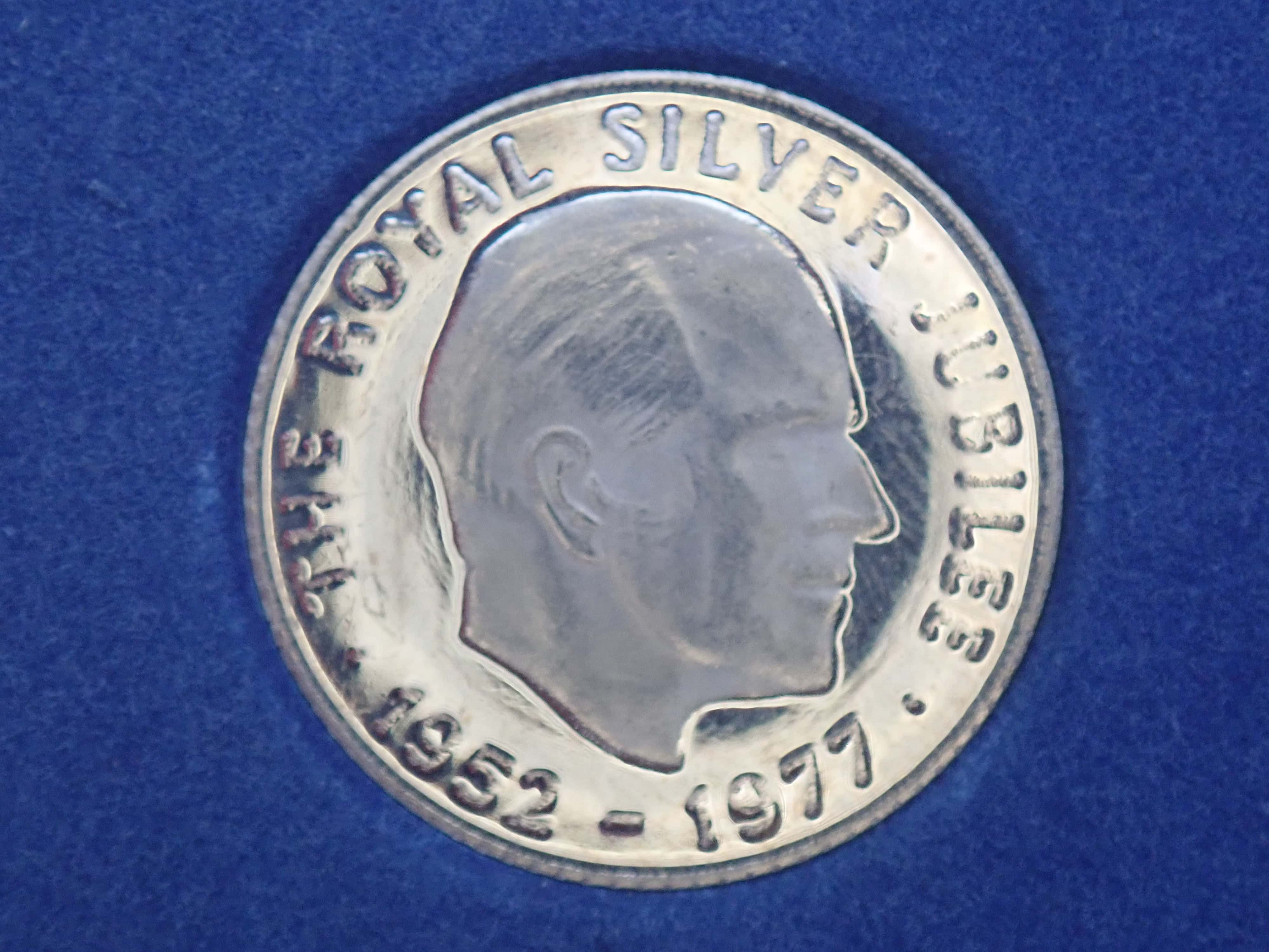 AZZ00807 - Gold 9ct Silver Jubilee Commemorative Medal 2.5gms, Prince Philip Box & Cert. Number 3213