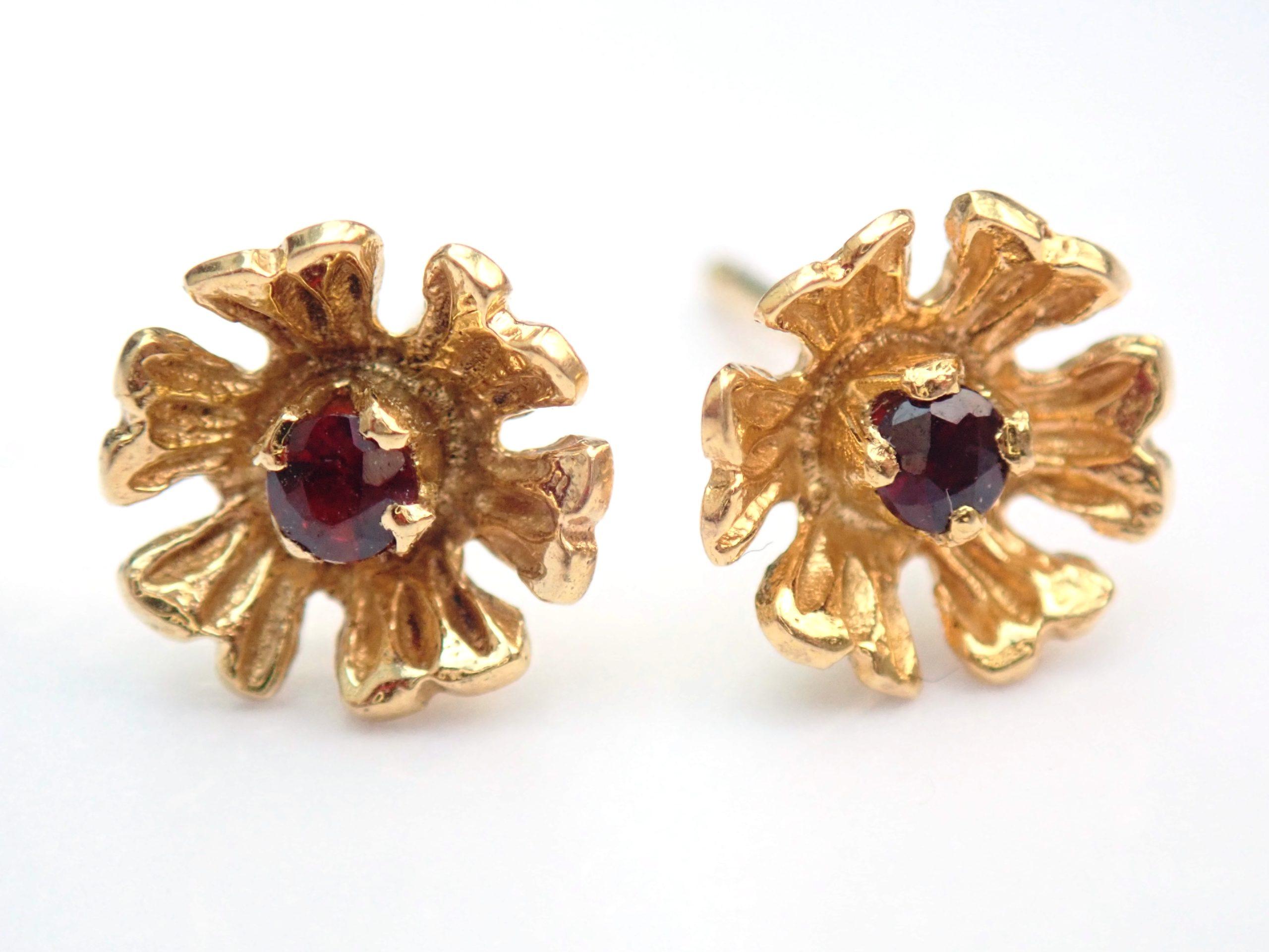 Stunning! 18k 750 Yellow Gold Ruby- Flower Earrings Butterfly Backs 1.8gms #65