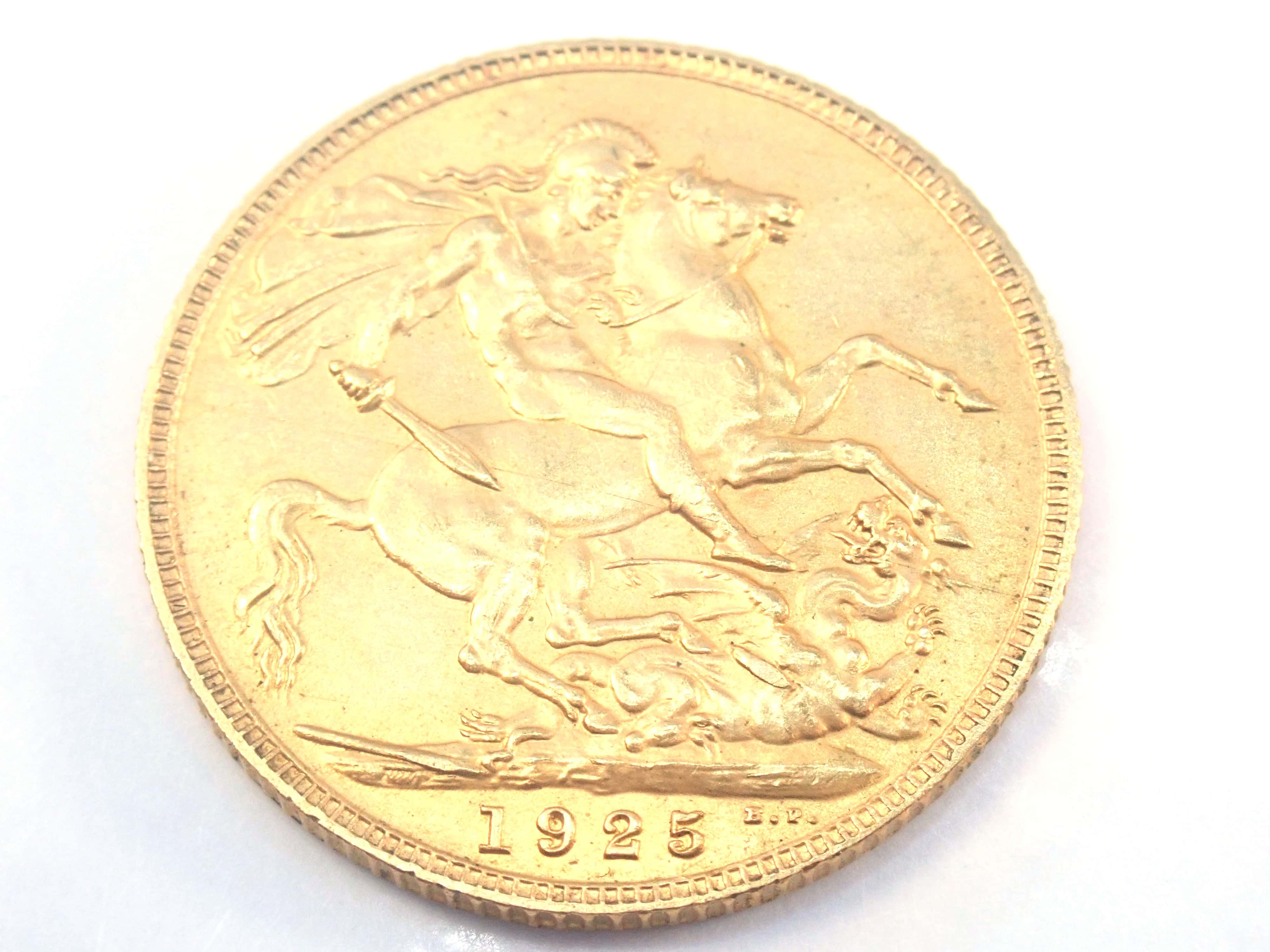 AZZ00875 3 - 1925 22ct Gold Sovereign King George V Coin A.U #557