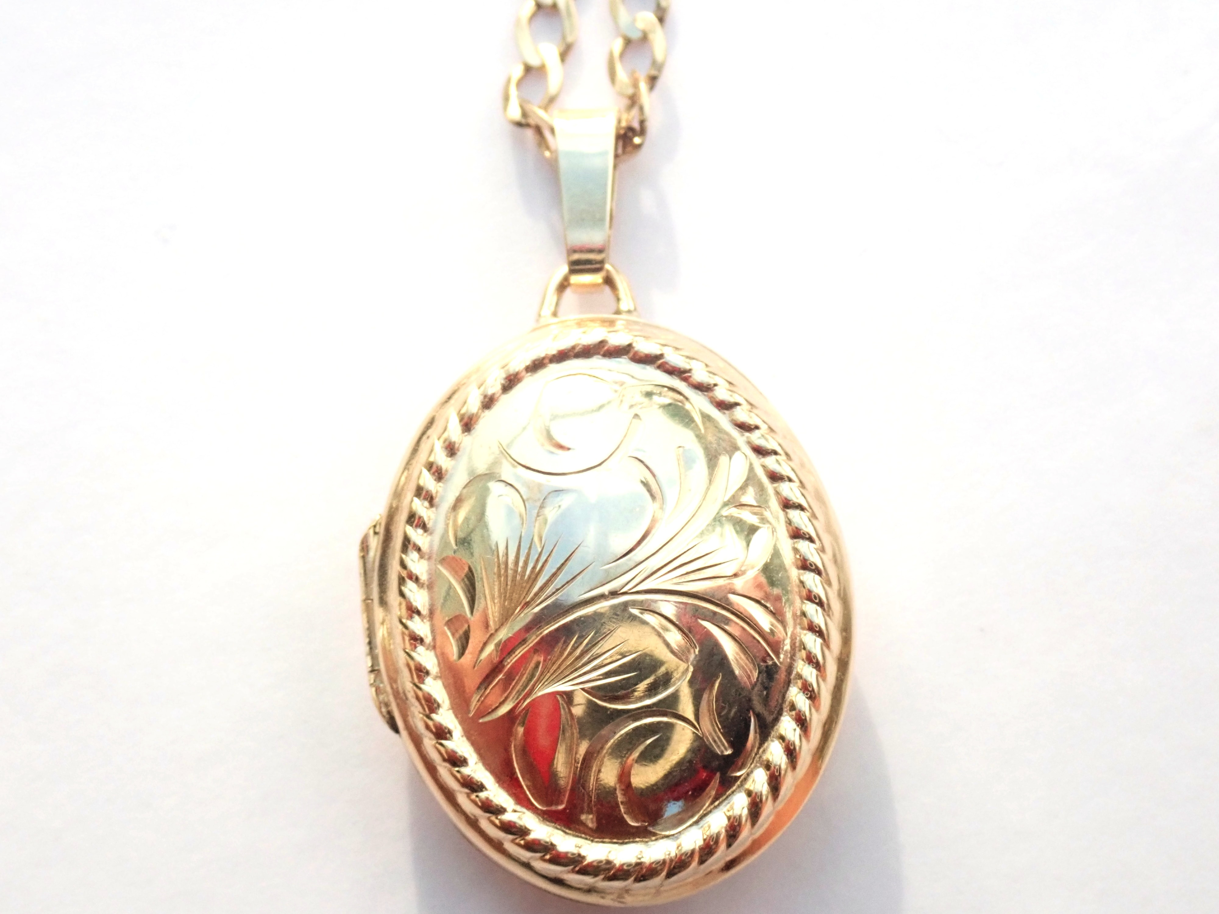 AA000935 - Solid 9K Yellow Gold Floral Patterned Oval Locket & Gold chain Necklace 4.5g #80