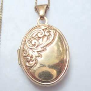 9k gold Oval Floral Locket Pendant 22 inch chain- 1.7g